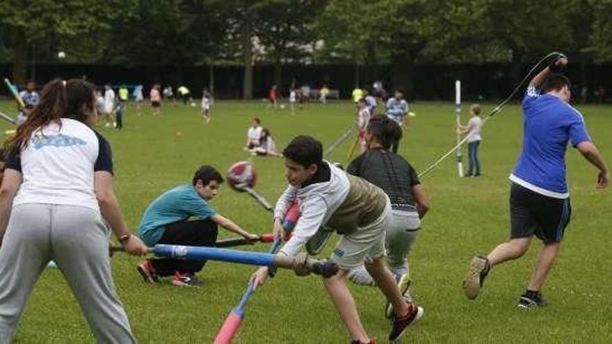 """Alrededor de 80 niños disfrutan de los juegos """"Extreme Games"""" en el parque Ferrera"""