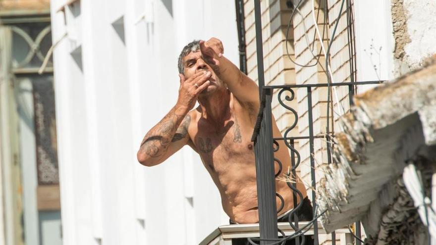 Detenido un hombre que se atrincheró en un balcón de Coria y amenazó con disparar