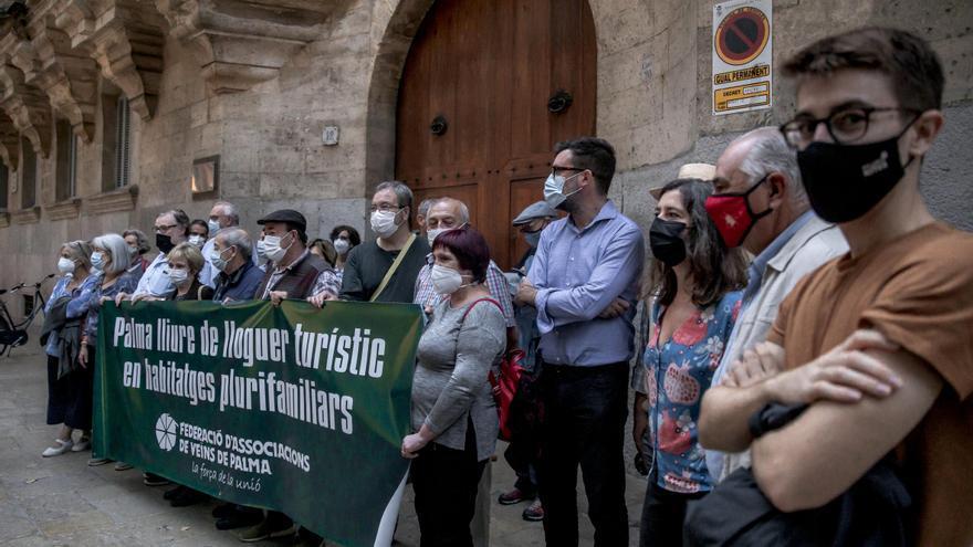 Unas 60 personas protestan ante el TSJB por su sentencia sobre el alquiler turístico