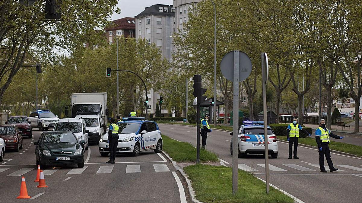 Control de la Policía Municipal durante la restricción de movimientos por la pandemia COVID. | Emilio Fraile