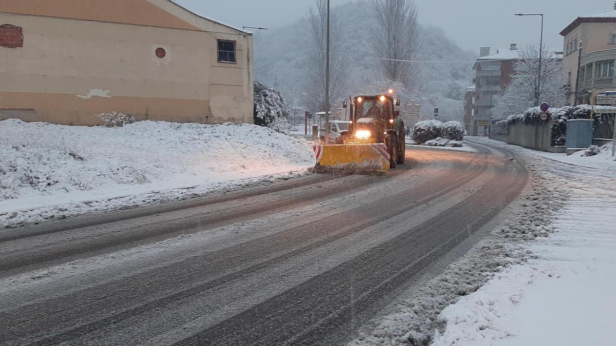 Pla mitjà d'una llevaneus netejant la calçada aquest dissabte 9 de gener de 2021 a Olot.