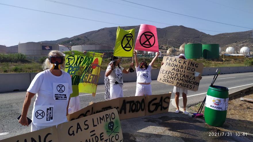 Protesta contra el fracking frente a Repsol en Escombreras