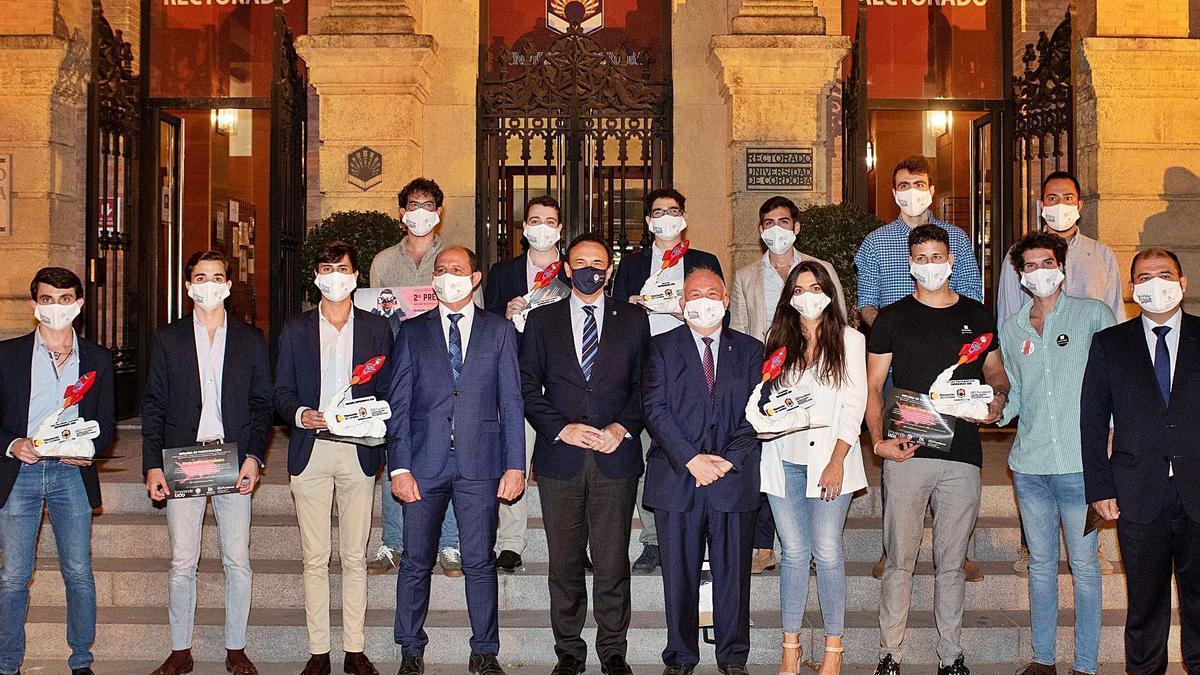 Foto de familia de premiados por el programa EmprendeUCO y autoridades académicas.