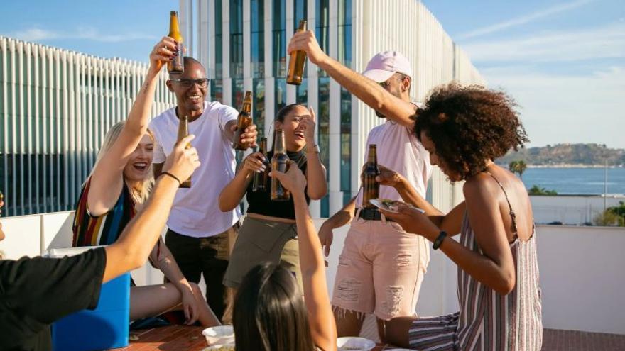 La bebida perfecta para tomar algo con amigos: no engorda, favorece el sueño y previene el colesterol
