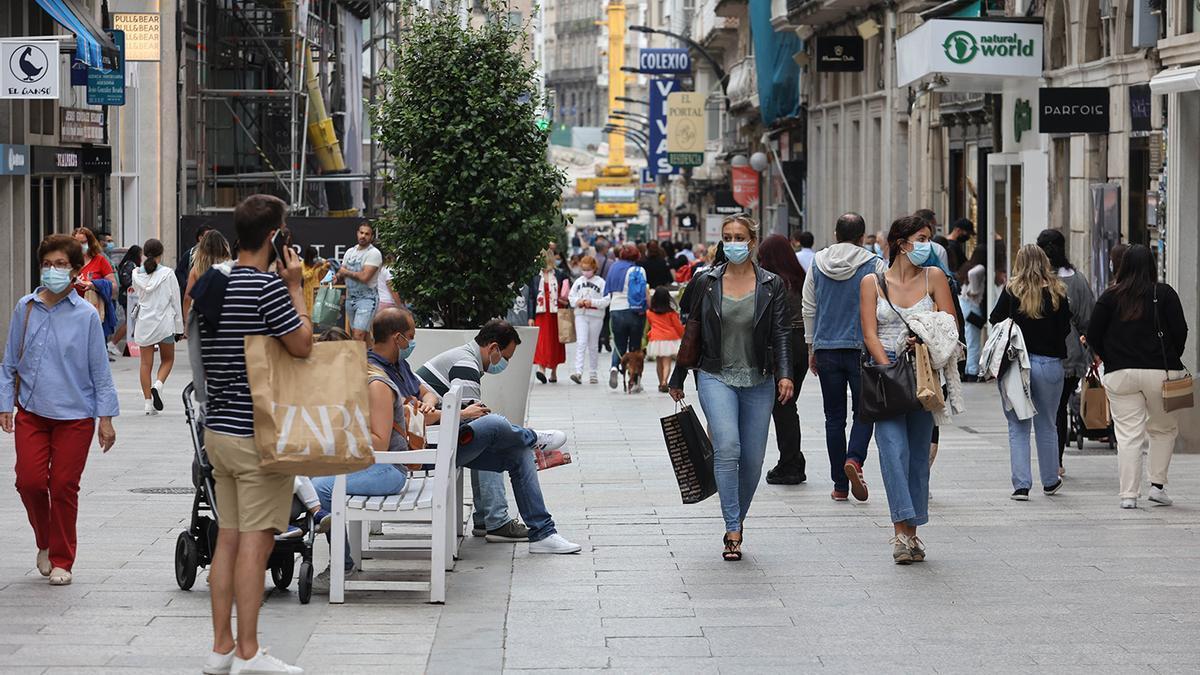 La calle Príncipe, ayer, con los viandantes haciendo uso de la mascarilla