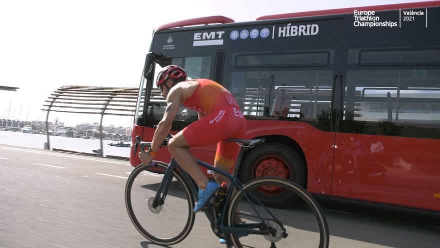 Un triatleta valenciano desafía a un autobús en la Marina