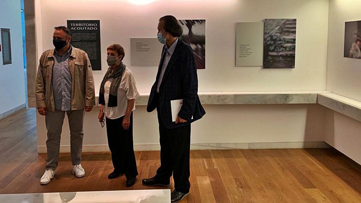 O fotógrafo Carlos Lorenzo (esquerda) e a poetisa Olga Patiño (centro) na exposición.   | // LA OPINIÓN