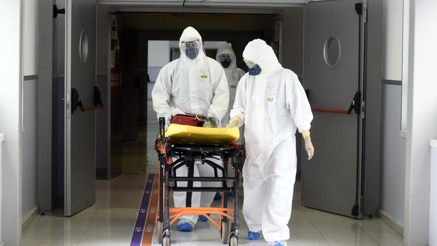 Trece muertes más en un día en  el que los contagios siguen a la baja