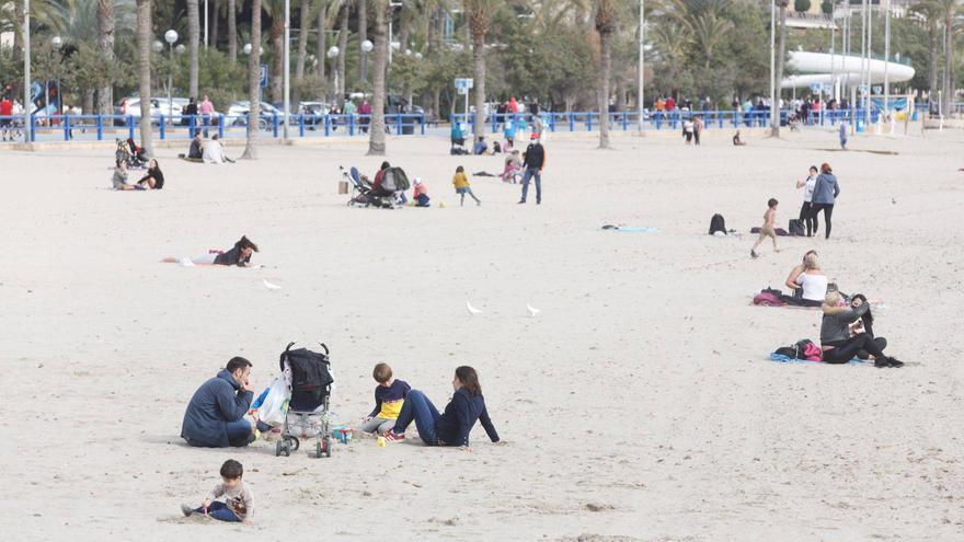 El viento se alía con las restricciones para prevenir las aglomeraciones en las playas de Alicante
