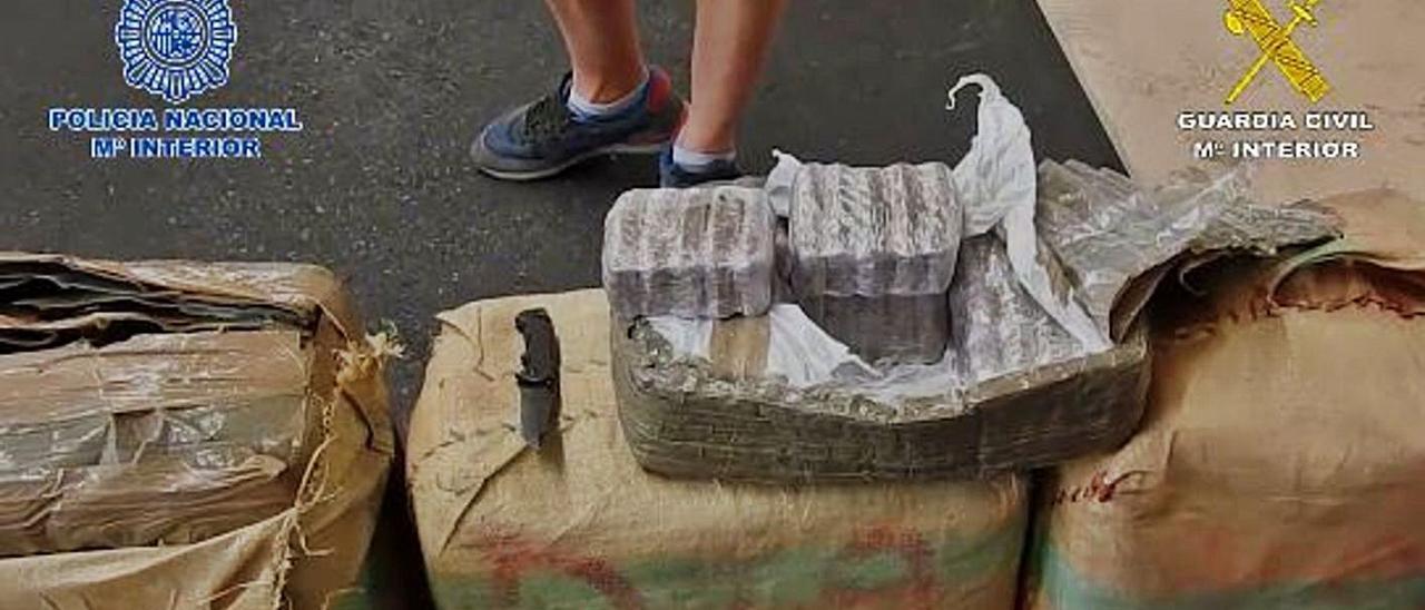 Fardos y paquetes de hachís intervenidos durante la 'operación Platino'.     LP/DLP