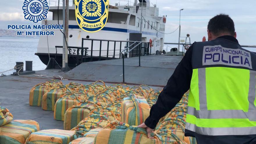 Interceptan a dos vilagarcianos en alta mar con 5.200 kilos de cocaína, el mayor alijo de la historia en un velero