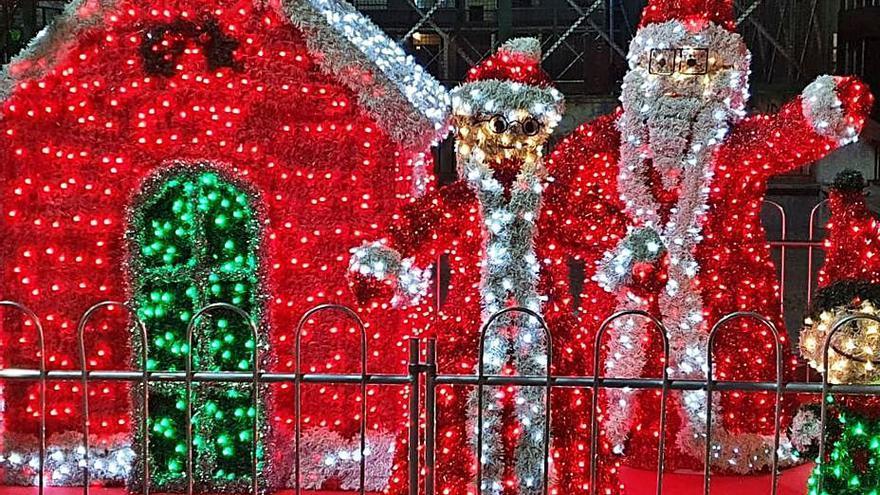 Los vándalos la emprenden con la decoración navideña de la plaza Santa Clara