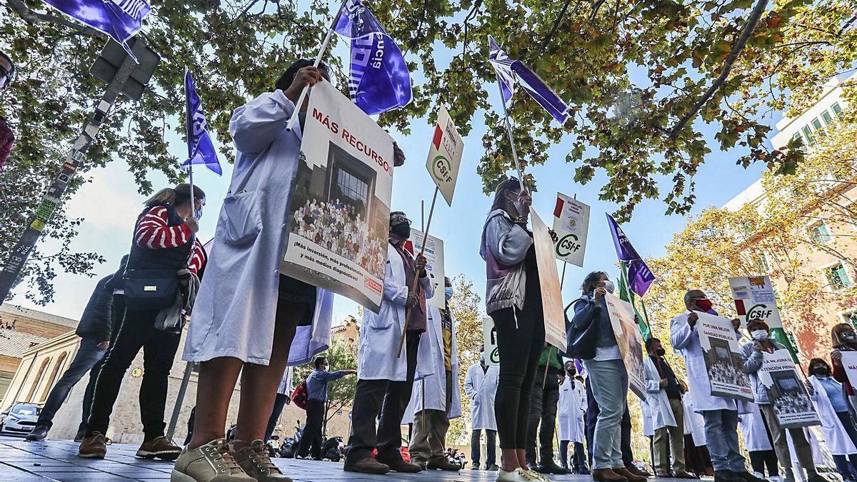 Protesta de los sindicatos médicos, ayer, frente a la sede de la Conselleria de Sanitat. | F. CALABUIG