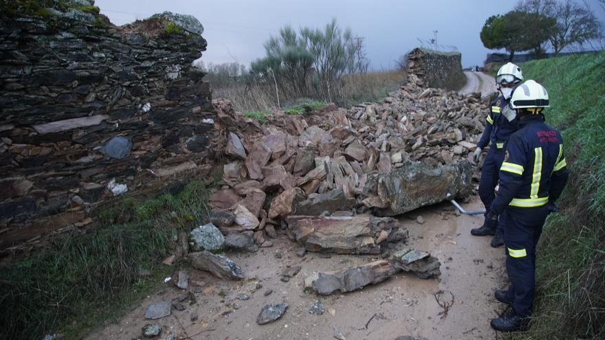 La lluvia echa abajo un muro en el camino de la Aldea