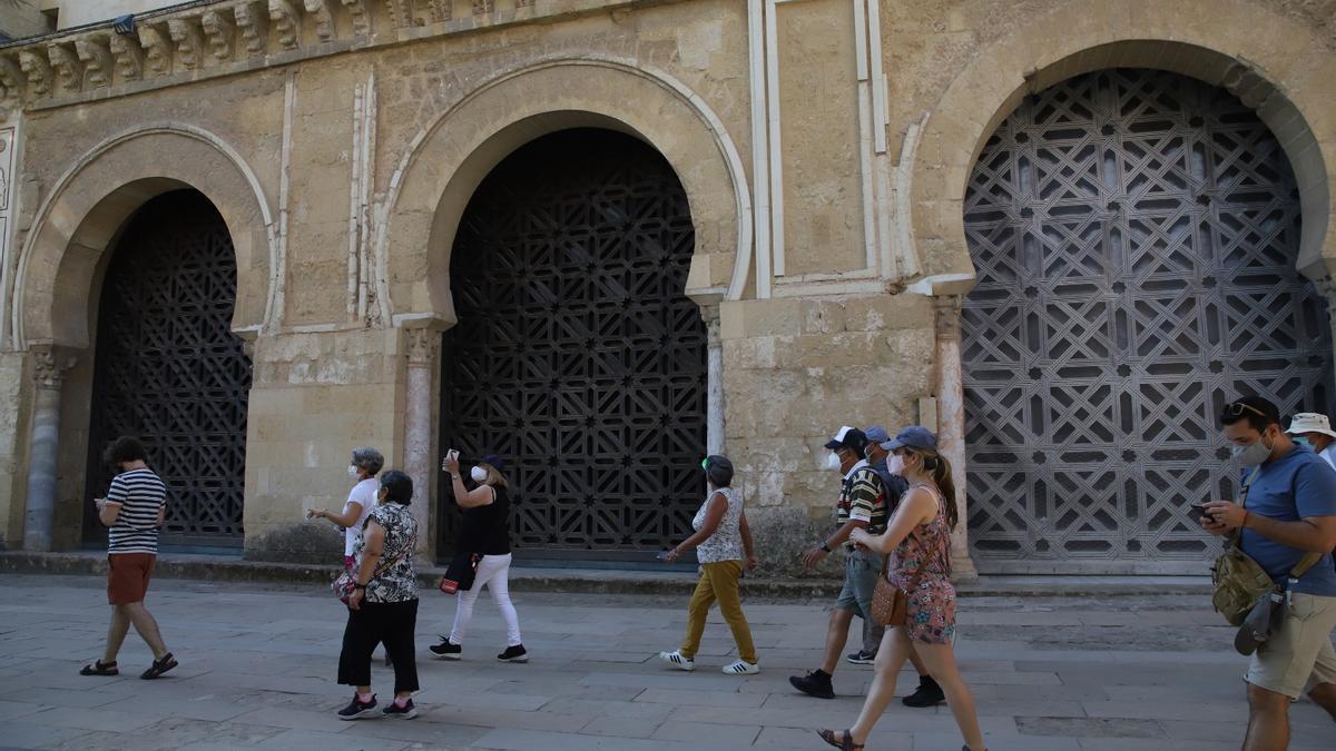 A la derecha, la conocida como segunda puerta de la Mezquita-Catedral.