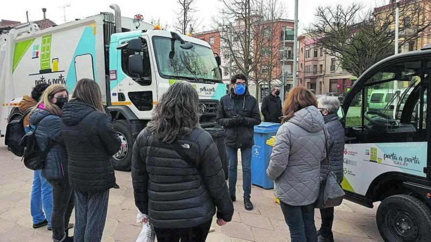 L'Ajuntament de Calaf mostra el nou camió de la brossa