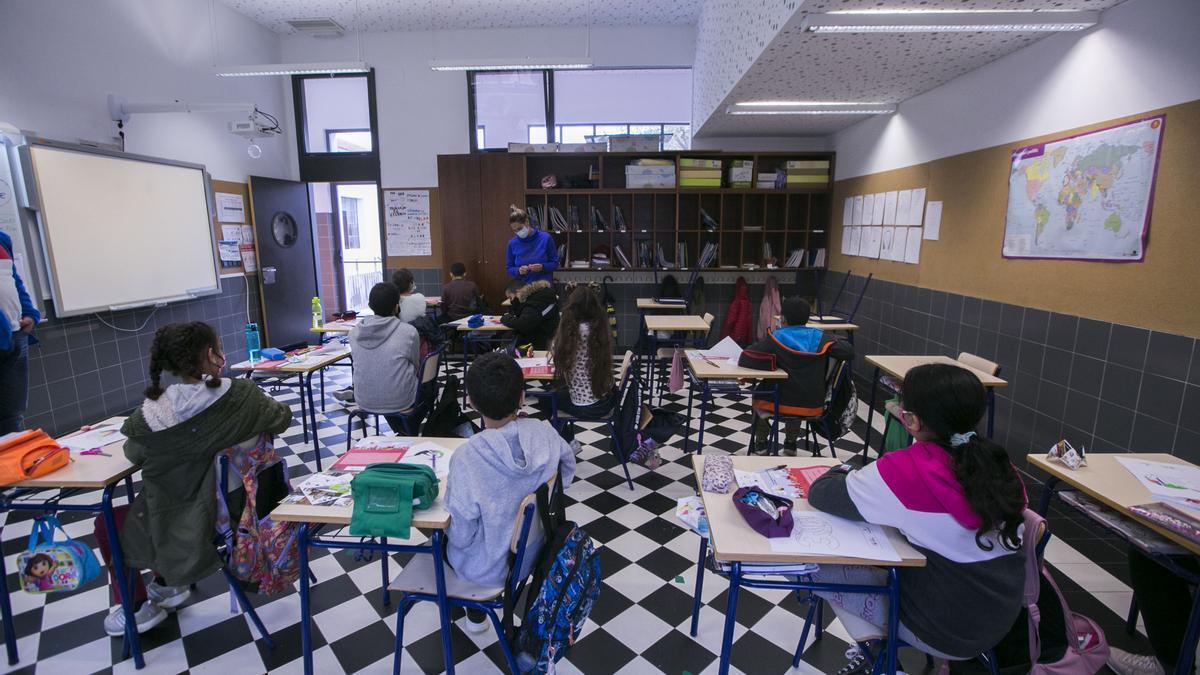 Niños y niñas en una aula de un colegio de Gandia
