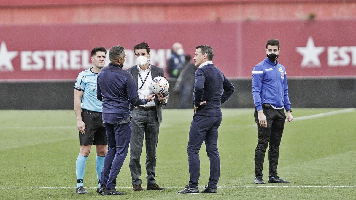 Luis García debate con elcolegiado del partido ycon el técnico José Gomezal final del partido.