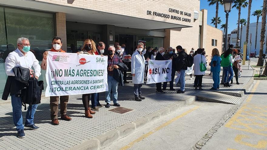 Los sanitarios protestan contra la agresión a una médico en el centro de salud de Alhaurín el Grande