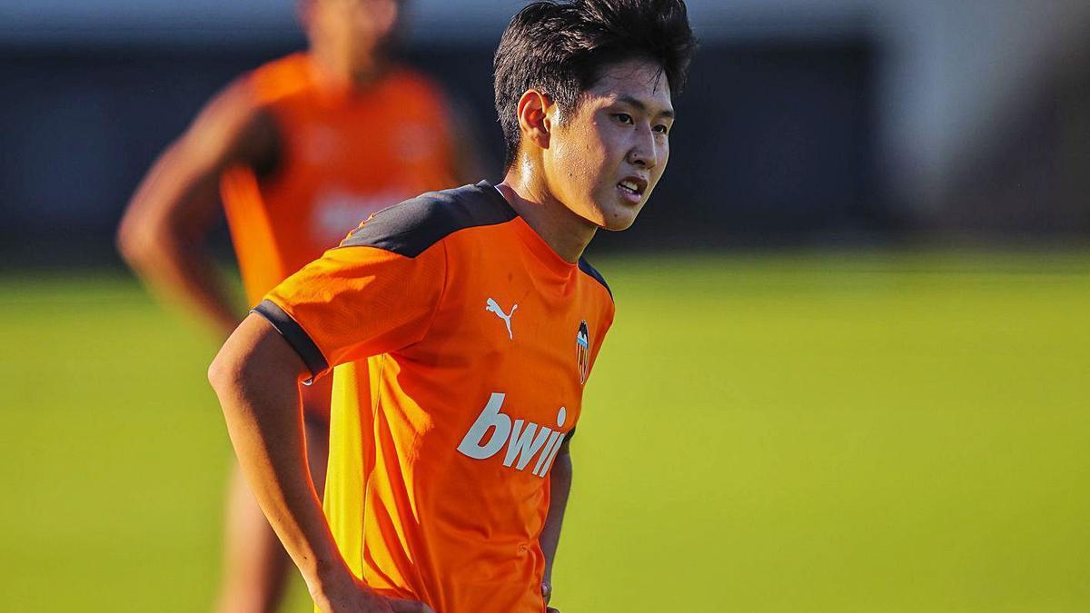 Kang In Lee, en un entrenamiento con el Valencia en esta temporada. | F.CALABUIG