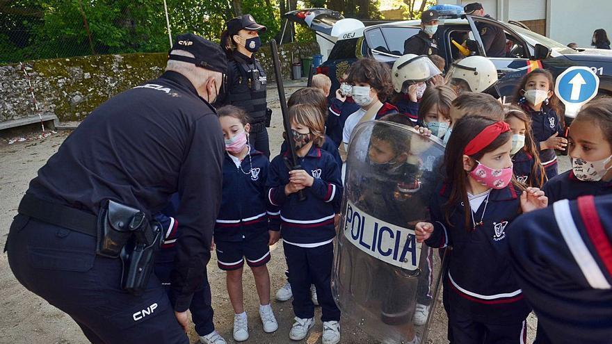 "Agentes de Vilagarcía regalan ""carnés de policía"" a alumnos de Infantil"