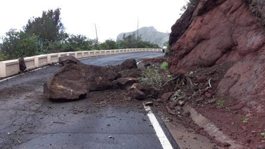 Desprendimiento de rocas a la altura del túnel de Taganana