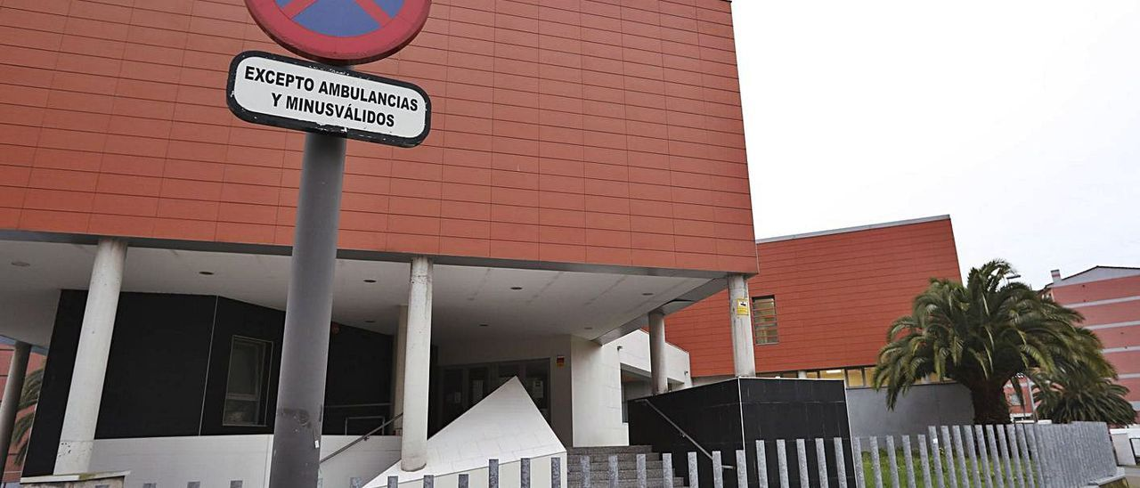 Acceso principal al centro de día Ría de Avilés, en La Magdalena. | Ricardo Solís