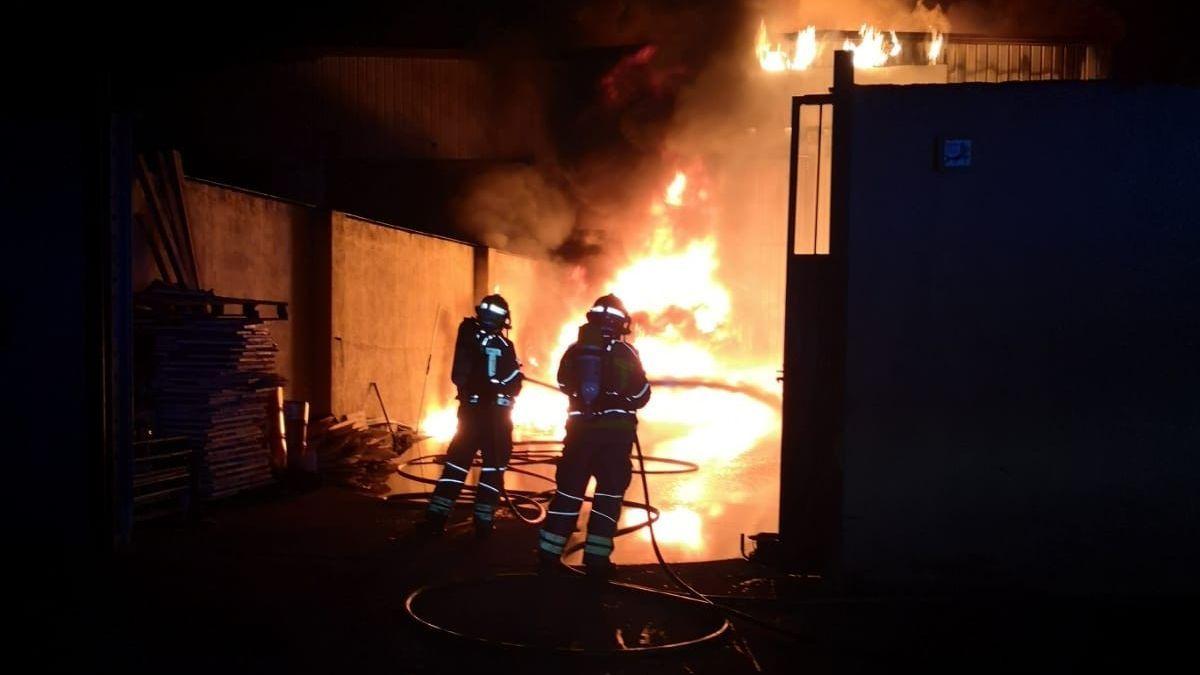 Un incendi crema la nau de Rieju de Vilamalla i calcina multitud de motos elèctriques