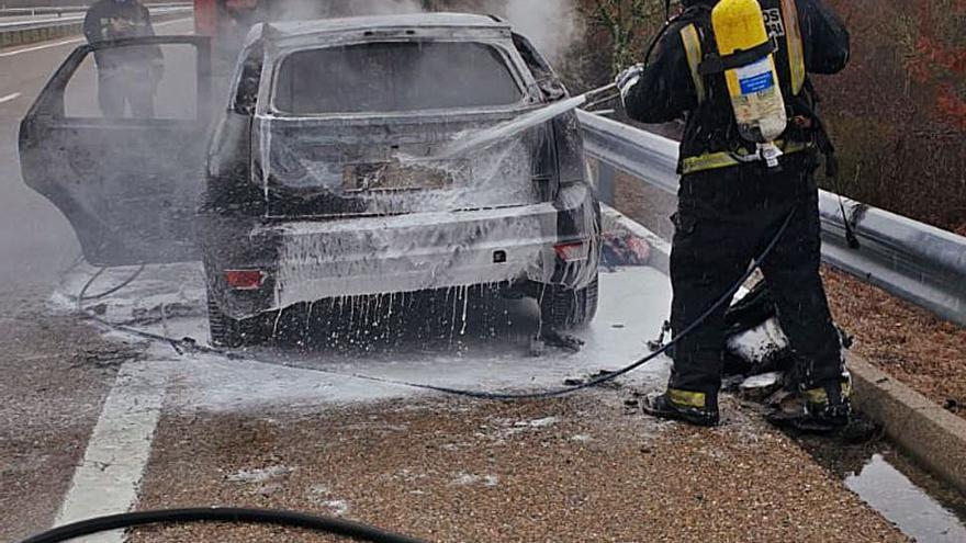 Los bomberos de Rionegro apagan un coche en llamas en la autovía A-52