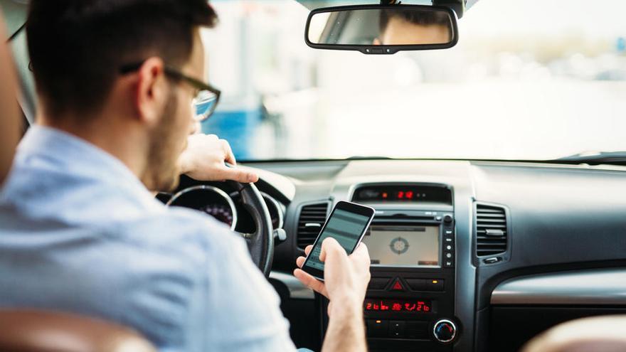 Usar el móvil provoca dos de cada diez muertes al volante