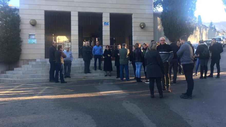 Trauergesellschaft steht am Friedhof von Andratx vor verschlossenen Toren