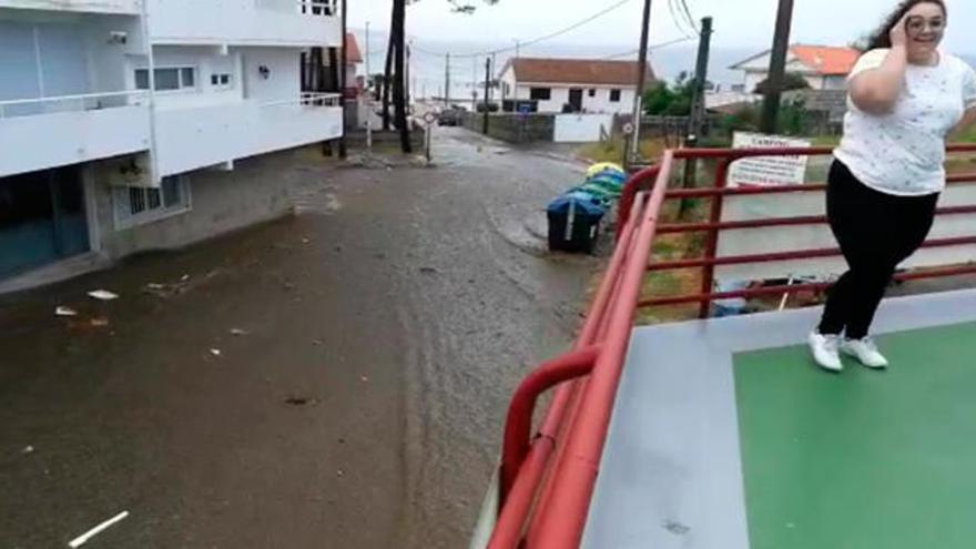 Graves destrozos en edificios de San Vicente do Mar al reventar el principal depósito de agua