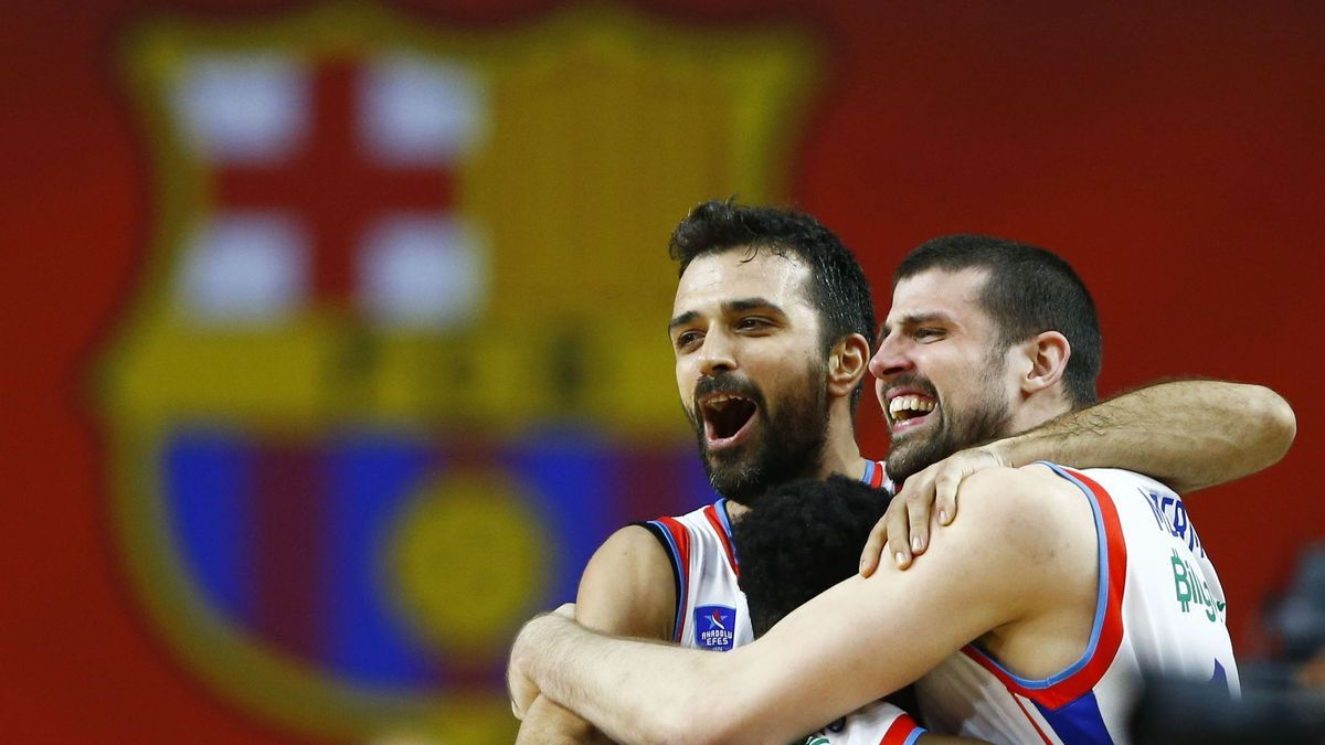 Los jugadores del Anadolu celebran la consecución de la Euroliga.