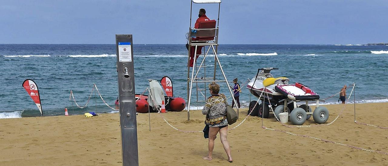 Dispositivo de socorrismo y seguridad en la Playa de Las Canteras de la capital grancanaria, ayer. | | ANDRÉS CRUZ