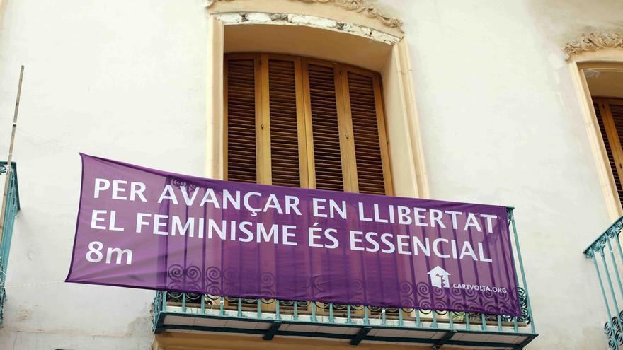 València engalana sus balcones por el 8M