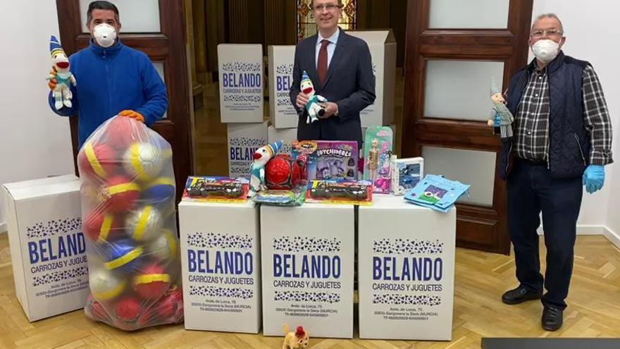 Los sardineros donan juguetes a niños de centros de acogida y hospitalizados