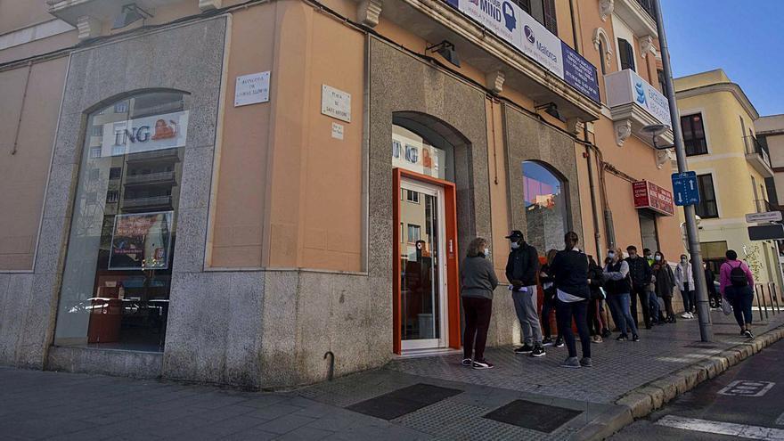 El Govern se lanza en solitario contra la banca por los teléfonos gratuitos
