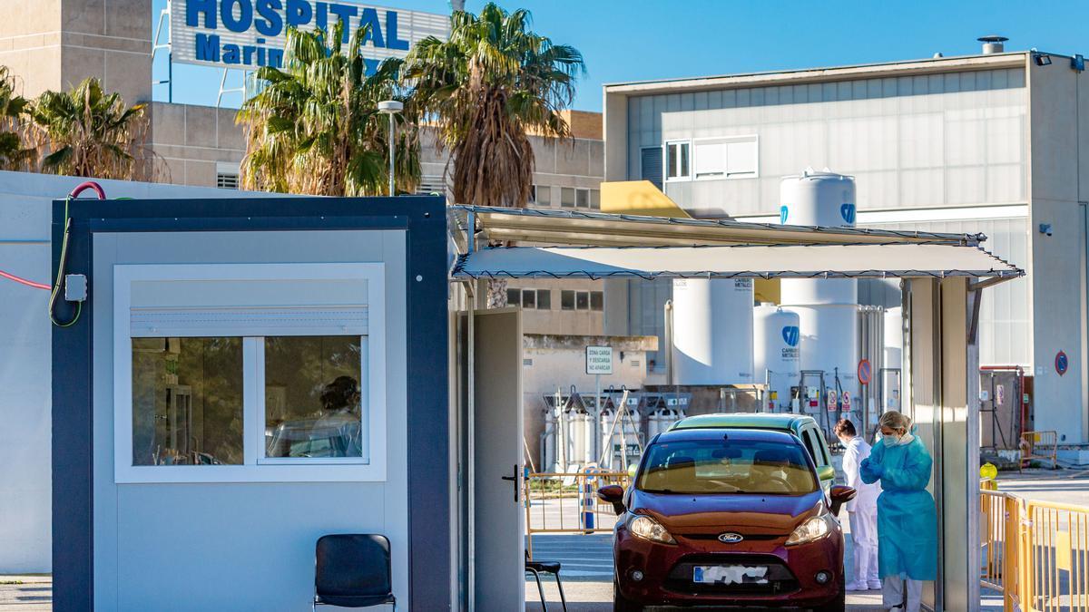 Realización de pruebas PCR en el exterior del Hospital de La Vila Joiosa.