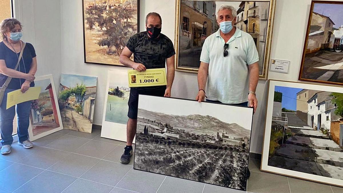 Rafael Carrascal con su trabajo ganador de Aguarón realizado al óleo en blanco y negro.   SERVICIO ESPECIAL