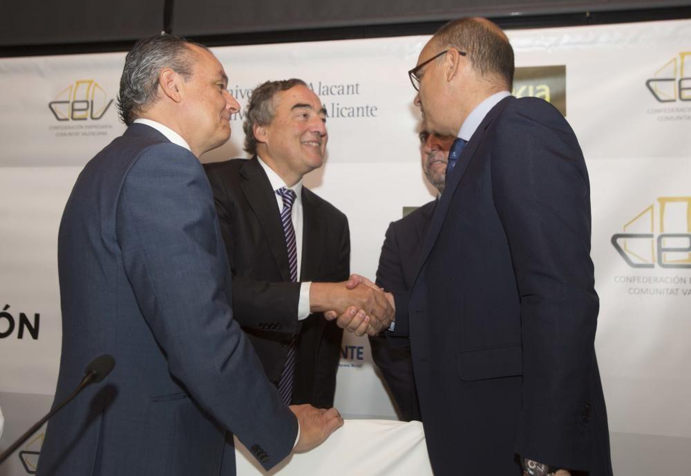 El rector de la Universidad de Alicante, Manuel Palomar, saludando al presidente de la CEOE, Juan Rosell, en presencia del dirigente de la CEV, Salvador Navarro, y del mandatario de CEV Alicante, Perfecto Palacio.