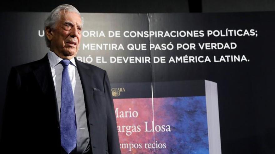 """Vargas Llosa publica su novela 'Tiempos recios': """"Un país se no se jode un día"""""""