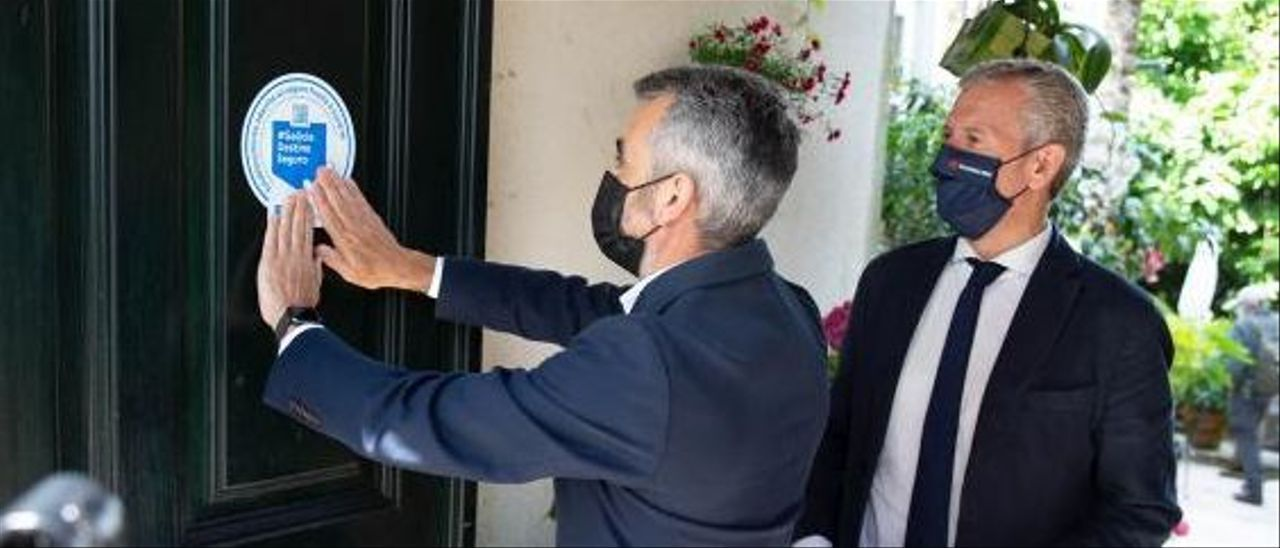 Alfonso Rueda asiste a la colocación del indicativo del seguro COVID en un hotel de Santiago. |   // FDV