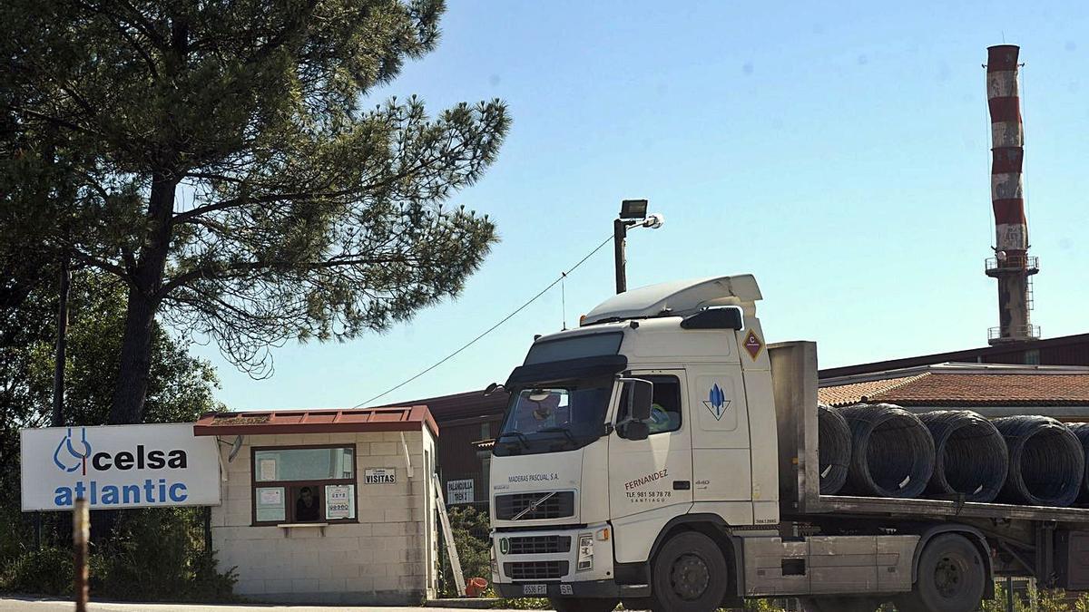 Un camión con alambrón a la salida de la planta siderúrgica de Celsa Atlantic, en A Laracha.     // VÍCTOR ECHAVE