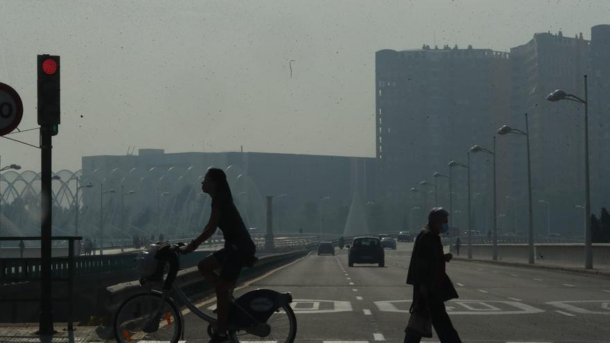 La crema de la palla de l'arròs cobreix de fum una part de València