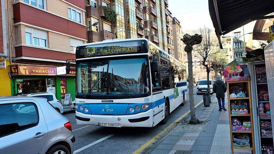 La pandemia deja al servicio de buses de Mieres sin uno de cada tres viajeros