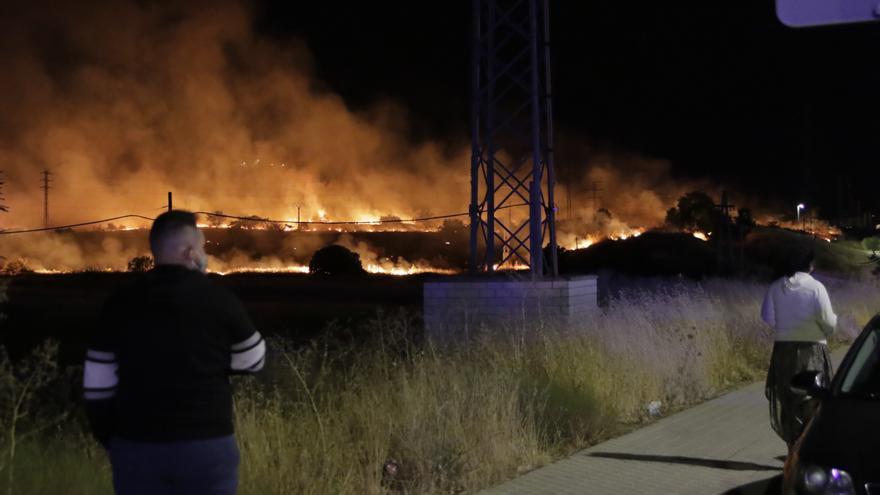 Un incendio alerta de madrugada a los vecinos del Junquillo