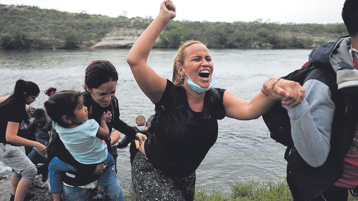 Migrantes venezolanos tras cruzar el río Grande, en Texas.