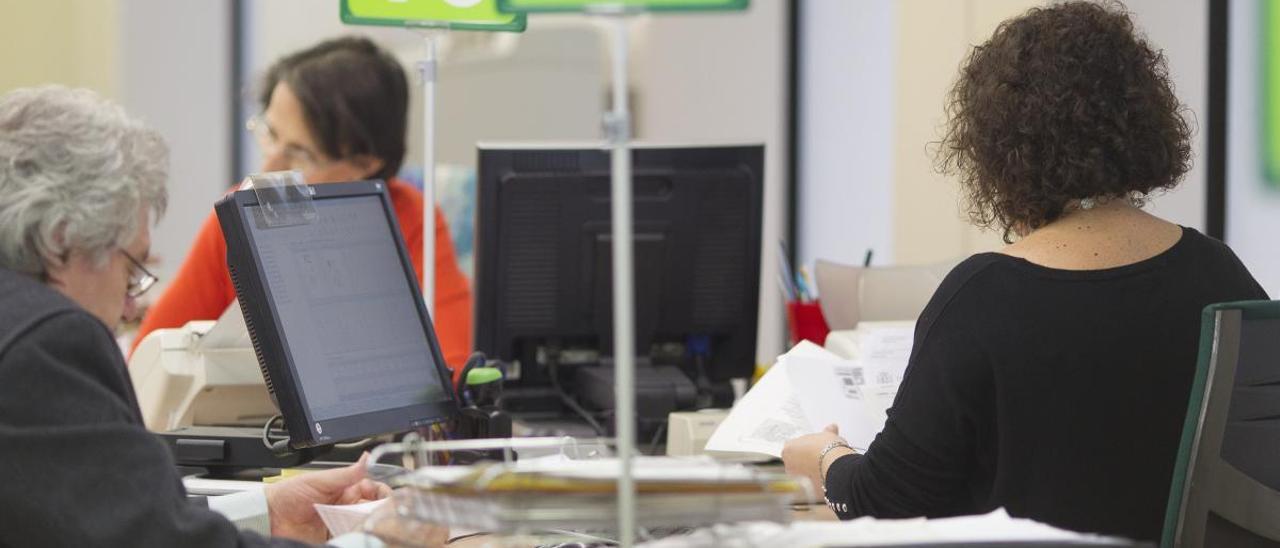 Funcionarios en una oficina de la Seguridad Social.