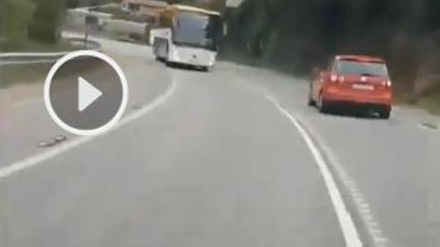 Presume en redes de su adelantamiento por línea continua en una carretera de Vigo