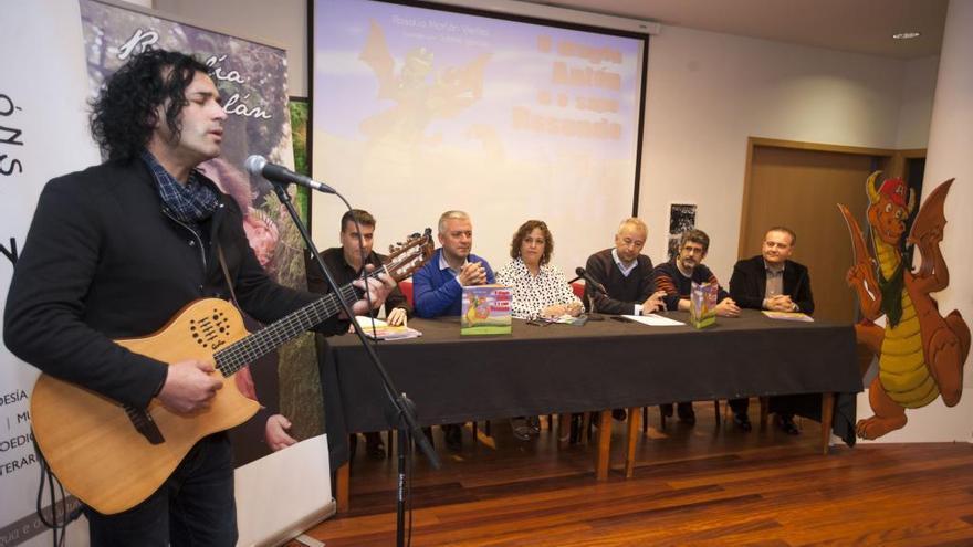 A Estrada arropa a Rosalía Morlán en la presentación de su cuento poético ilustrado